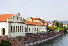 Färgrika byggnader på kust av den Adige floden i Verona, Italien Royaltyfria Foton