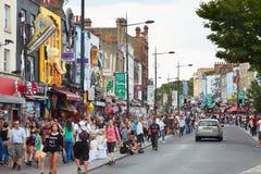 Färgrika Camden Town shoppar, gatan med folk i London Arkivbild