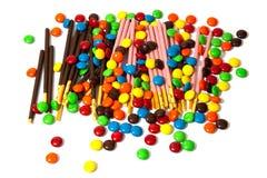 F?rgrika chokladmm och ask f?r kakor med ljus prygel Japan s?tsakchoklad i och ut ur fokus p? vit bakgrund arkivbilder