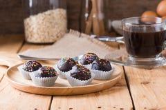 Färgrika chokladstänk på smaklig rund choklad - bestrukna Cak Royaltyfria Bilder