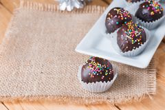 Färgrika chokladstänk på smaklig rund choklad - bestrukna Cak Royaltyfri Foto