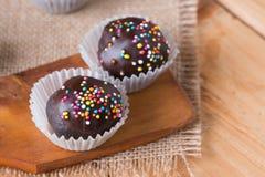 Färgrika chokladstänk på smaklig rund choklad - bestrukna Cak Arkivfoton