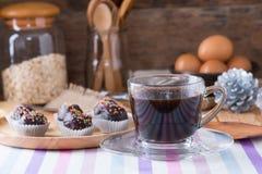Färgrika chokladstänk på smaklig rund choklad - bestrukna Cak Arkivfoto