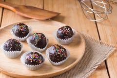 Färgrika chokladstänk på smaklig rund choklad - bestrukna Cak Royaltyfria Foton