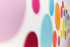 Färgrika cirklar på en vit vägg Arkivfoton