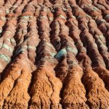 Färgrika Clay Layers i vattenerosion på kullen arkivbilder