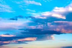 Färgrika cluouds över berg fotografering för bildbyråer