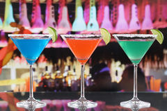 Färgrika coctailar i Martini exponeringsglas i en stång Royaltyfri Fotografi