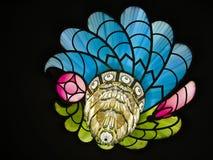Färgrika Crystal Peacock Feather Chandelier Royaltyfri Foto