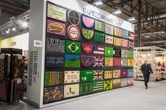 Färgrika dörrmattor på skärm på HOMI, internationell show för hem i Milan, Italien Arkivfoto