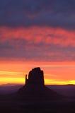 Färgrika Dawn Skies East Mitten Butte, monumentdal royaltyfri bild