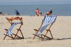 färgrika deckchairs för strand royaltyfri bild
