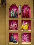 Färgrika dekorerade dockor i showfönstret mumbai arkivfoton
