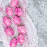 Färgrika dekorerade easter ägg på grå färger rappar bakgrund lyckliga easter Royaltyfri Fotografi