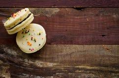 Färgrika dekorerade easter macarons Fotografering för Bildbyråer