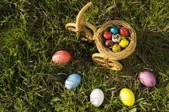 Färgrika den easter ägg och pingstliljan i easter bygga bo Arkivfoto