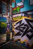 Färgrika designer i grafittigränden, Baltimore Arkivbilder