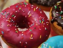Färgrika donuts Arkivfoton