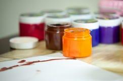 Färgrika dra målarfärger för barn, closeup fotografering för bildbyråer