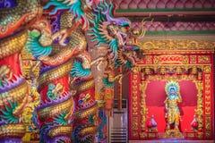 Färgrika drakar och staty av Nezha, den skyddande guden i Ch Royaltyfria Bilder