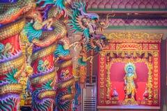 Färgrika drakar och staty av Nezha, den skyddande guden i Ch Royaltyfri Foto