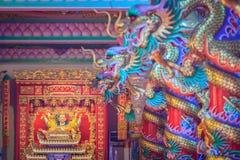 Färgrika drakar och staty av Nezha, den skyddande guden i Ch Royaltyfria Foton