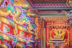 Färgrika drakar och staty av Nezha, den skyddande guden i Ch Arkivfoto