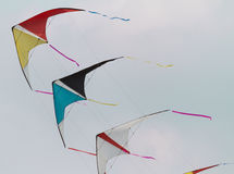 Färgrika drakar som flyger i gåsmarsch i himlen Royaltyfri Fotografi