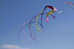 Färgrika drakar som flyger i himlen Royaltyfri Foto