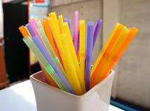 färgrika dricka plastic sugrör arkivfoto