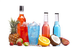 Färgrika drinkar för alkohol som ställs in med frukter Arkivbild