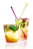 färgrika drinkar isolerade white Arkivbilder