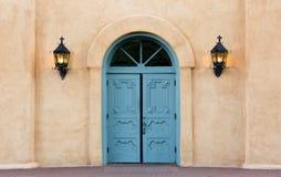 Färgrika dubbla dörrar av San Felipe de Neri kyrktar i gammal stad, Fotografering för Bildbyråer