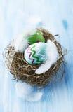 Färgrika easter ägg i en bygga bo Royaltyfri Bild