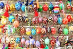 Färgrika easter ägg i rader för bakgrund Arkivfoton