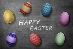 Färgrika easter ägg med den lyckliga easter hälsningen Arkivbild