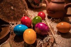 Färgrika easter ägg med träbakgrund royaltyfri bild