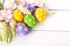 Färgrika easter ägg med vita punkter Arkivbild