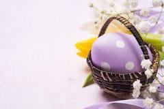 färgrika easter för korg ägg Arkivfoton
