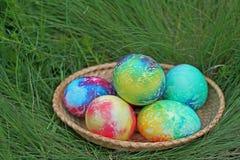 färgrika easter för korg ägg Arkivbilder