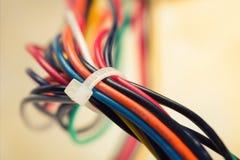 Färgrika elektriska kablar Arkivbilder