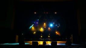 Färgrika etappljus på konserten Etappljus och rök stock video