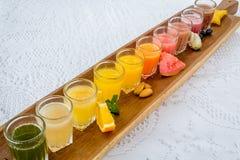 Färgrika exponeringsglas av fruktsafter royaltyfri fotografi
