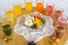 Färgrika exponeringsglas av fruktsafter arkivbilder