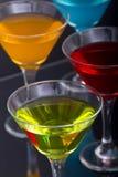 färgrika exponeringsglas martini för coctailar Arkivfoton