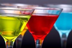 färgrika exponeringsglas martini för coctailar Arkivfoto