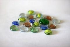 Färgrika exponeringsglasdroppar på ljus bakgrund Royaltyfria Foton