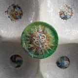 Färgrika exponeringsglasprydnader på taket av en byggnad i Parc G royaltyfri fotografi