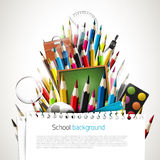 Färgrika färgpennor med skolatillförsel Arkivbilder