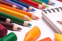 Färgrika färgpennor och blyertspennor Royaltyfri Bild